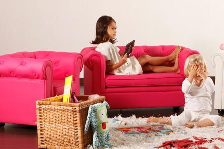 Les enfants et le fauteuil chesterfield